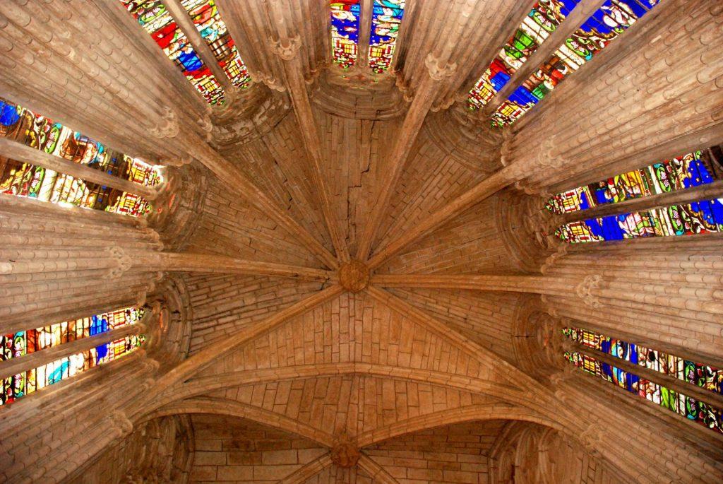 Sérignan : La collégiale Notre-Dame-de-Grâce vue des arcades