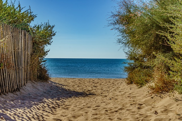 chemin menant à la plage de sérignan